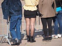 Minirock und Beine in der schwarzen Strumpfhose stockfoto