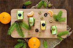 Minisandwiches canape met verse komkommers, ham, kaas, olijven, salami, zwart brood Stock Foto