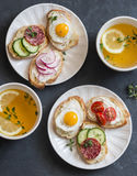 Minisandwiches met roomkaas, groenten, kwartelseieren, salami en groene thee met citroen en thyme Sandwiches met kaas, cucu Royalty-vrije Stock Foto