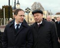 Minister av kultur från den ryska federationen Vladimir Medinsky och Kaluga regionregulator Anatoly Artamonov på öppningen av Royaltyfri Bild