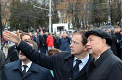 Minister av kultur från den ryska federationen Vladimir Medinsky och Kaluga regionregulator Anatoly Artamonov på öppningen av Royaltyfri Foto