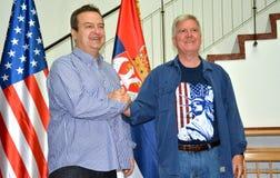 Minister av utländskt - angelägenheter av republiken av Serbien, Ivica Dacic och ambassadören av Amerikas förenta stater i Serbie arkivbild