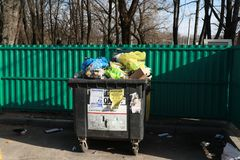 minister Białoruś Marzec 9, 2019 _ zbiornik z mnóstwo gratem Tam są ptaki ułożony zdjęcie stock