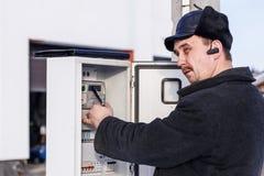 minister Białoruś Styczeń 23, 2019 Właściciel dom sprawdza elektryczność metr na ulicie Zima, mnóstwo śnieg fotografia royalty free