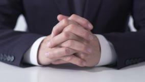 Minister die met gekruiste handen lijst in onderhandelingsruimte zitten, verkiezingscampagne stock video