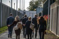 Minister Sander Dekker And Entourage Leaving bij Almere-Nederland 2018 Het openen na het gaan van Utrecht naar Almere-Stad stock afbeeldingen