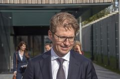 Minister Sander Dekker Leaving At Almere Nederländerna 2018 Öppna, når att ha flyttat sig från Utrecht till den Almere staden Ned royaltyfria bilder
