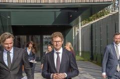 Minister Sander Dekker Leaving At Almere Nederländerna 2018 Öppna, når att ha flyttat sig från Utrecht till den Almere staden Ned royaltyfri bild