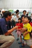 MINISTER TEO DIE MET JONGE GEITJES INTERACTIE AANGAAT Stock Fotografie