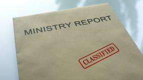 Ministerie geclassificeerd rapport, gestempelde verbinding over omslag met belangrijke documenten royalty-vrije stock afbeelding
