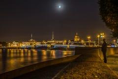Ministero della marina, la cattedrale di Isaac del san e ponte del palazzo alla notte Fotografia Stock