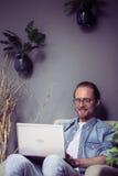 Ministerstwa Spraw Wewnętrznych pojęcie, mężczyzna pracuje na projekcie używać laptop Zdjęcie Stock