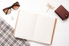 Ministerstwa Spraw Wewnętrznych workspace mockup z kobiet szkłami, portflem i kobiet akcesoriami, Notatnik z pustymi stronami Odg Fotografia Stock