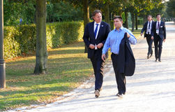 Ministrów Bert Koenders i Pavlo Klimkin odprowadzenie w parku przy Nieformalnym OSCE spotkaniem trzymającym w Potsdam obrazy stock