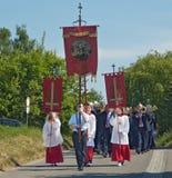 Ministrants avec des drapeaux Image stock