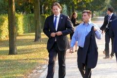 Ministrar Bert Koenders och Pavlo Klimkin som går i parkera på det informella OSSE-mötet som rymms i Potsdam Royaltyfri Foto