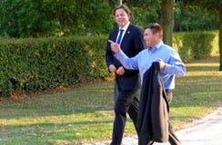 Ministrar Bert Koenders och Pavlo Klimkin som går i parkera på det informella OSSE-mötet som rymms i Potsdam Arkivfoto