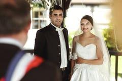 Ministre fornecendo a cerimônia de casamento para o casal sob o arb Foto de Stock Royalty Free
