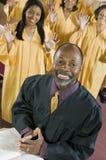 Ministre no altar com coro do gospel da Bíblia no retrato do fundo fotografia de stock royalty free