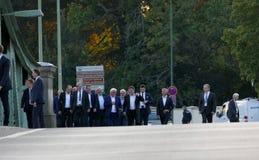 Ministres des affaires étrangères marchant au pont de Glienicke à travers la rivière de Havel en Allemagne photos stock