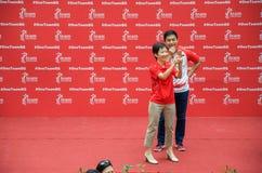 Ministri di Singapore Grace Fu Hai Yien e Tan Chuan-Jin Joseph Schooling aspettante Immagini Stock