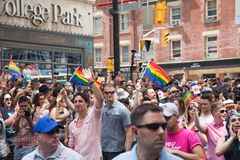 Ministro Justin Trudeau del ` s de Canadá primer que agita en el orgullo de Toronto imagenes de archivo