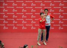 Ministros singapurenses Grace Fu Hai Yien y Tan Chuan-Jin para Joseph Schooling que espera Fotos de archivo