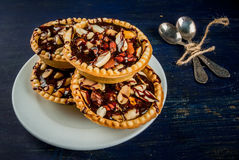 Minitaartjes met noten en karamel royalty-vrije stock afbeeldingen