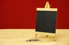 Minitafel mit Stapel von Brettdaumenstiften Stockfotos
