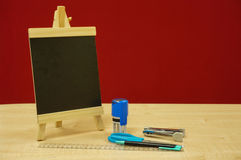 Minitafel, runder Stempel, Hefter, scissor, Kugelschreiber und Machthaber Stockbilder