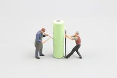 Miniteam, das alte Batterien aufbereitet Lizenzfreie Stockfotos