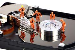 Minitechnikerarbeit über Festplattenlaufwerk Lizenzfreie Stockfotos