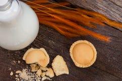 Minitortenapfel mit Krume und Flasche Milch, Draufsicht Lizenzfreies Stockfoto