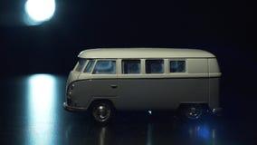 Minivan del juguete teniendo en cuenta una linterna metrajes
