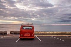 Minivan del vintage en estacionamiento vacío Imágenes de archivo libres de regalías