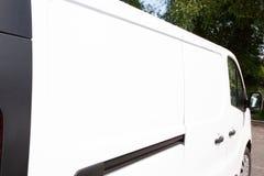 Minivan för last för leveransskåpbil vit för presentationsslätten som är vit och som är tom på sidan som tillfogar ditt eget brän arkivbild
