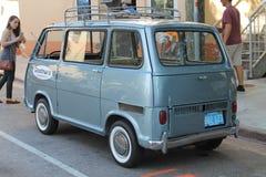 Minivan minúsculo viejo clásico de Subaru foto de archivo libre de regalías