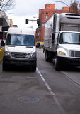 Minivan y pequeño camión del demi para la entrega del límite de ciudad Foto de archivo libre de regalías