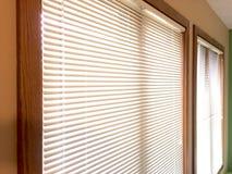 Minivorhänge 2 hölzerne Fensterrahmen Stockfoto