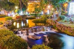 Miniwasserfall auf Nachtzeit lizenzfreie stockfotografie