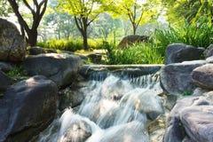 Miniwasserfall in einem Park lizenzfreie stockfotos