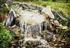 Miniwasserfall im Stadtpark, natürliche Szene lizenzfreie stockbilder