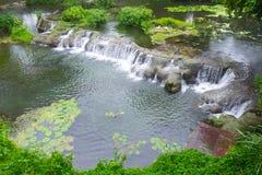 Miniwasserfall im Stadtpark Schönheit in der Natur stockfotografie
