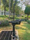 Miniwassertor im Freien des Abwasserkanals Stockfotografie