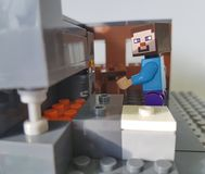 Minizahl populäre Kindheit Lego Minecraft Ukraine, Kiew am 21. Februar 2018 des Mannplastikspiels Lizenzfreies Stockbild