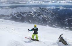 Minnaar die van ski in lage Tatras op beste weer wachten Een mening over freeride Een mensenskiër die zich op de bovenkant van be stock foto's