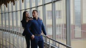 minnaars aan de luchthavencontrole die in werking worden gesteld Liefde in de reis stock videobeelden