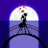 Minnaars bij brug in maanlicht Royalty-vrije Stock Afbeelding