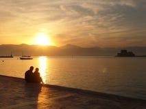Minnaars die op een Romantische Zonsondergang letten Stock Foto