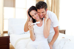 Minnaars die zwangerschapstest te weten komen Royalty-vrije Stock Foto